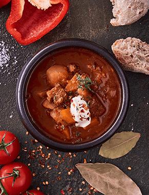 Spicy goullash serveringsbillede